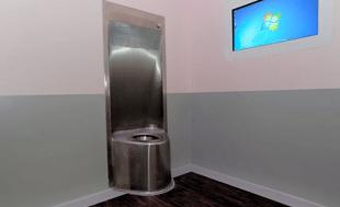 Nieuwe RVS toilet geplaats in separeercel